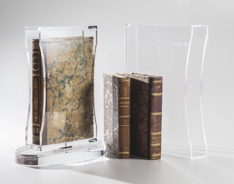 porta libri in plexiglas trasparente